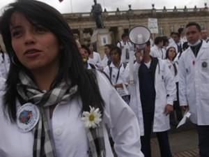 MEDICOS PROTESTANDO